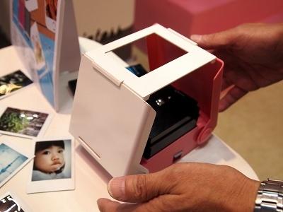 タカラトミー「プリントス」(3480円)。この上部に写真を表示したスマホをかぶせて、下部にあるシャッターを押すだけ