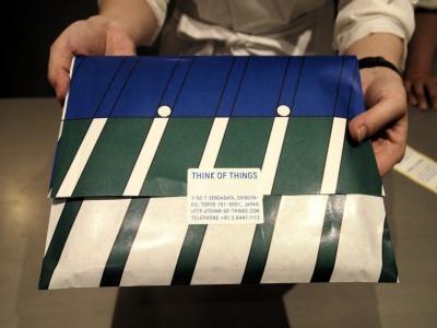 「THINK OF THINGS」のオリジナル包装。箔押ししたノートは、このようにラッピングしてもらえる