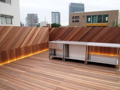 屋上にもスペースがある。シンクなども用意され、リラックスできる場所になっている
