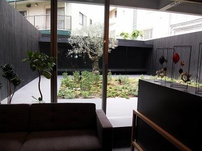 カフェスペースの奥には中庭が見える。カフェスペースはシンプルながらゆっくりくつろげる調度品が並び、打ち合わせなどにはピッタリ