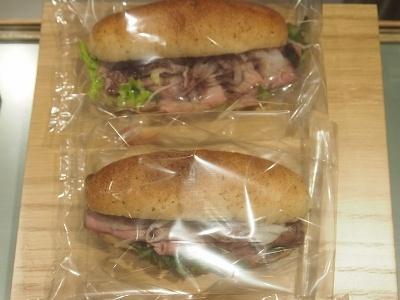 総菜パン「ローストビーフパン」(550円)。肉がかなり多い