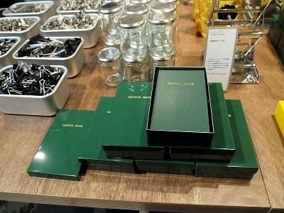 ここでしか買えない、測量野帳が10冊入れられる緑の缶ケース。ほかに、5冊入る黄色と緑の缶も用意されている