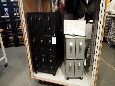 ファイルボックスと金属製フレームを組み合わせたストックファニチャー。ファイルボックス(2800円~)やハンドル(900円~)、トロリー(1万8000円~)など好きに組み合わせて購入できる