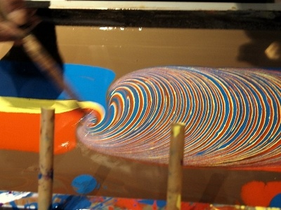 オープニング記念で行われたマーブリングの実演。コクヨ伝統の技術なのだ