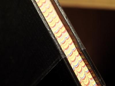 当時の洋式帳簿の小口は、このようにマーブリングで染められていた。この模様は同じものはないためセキュリティーに使われていた