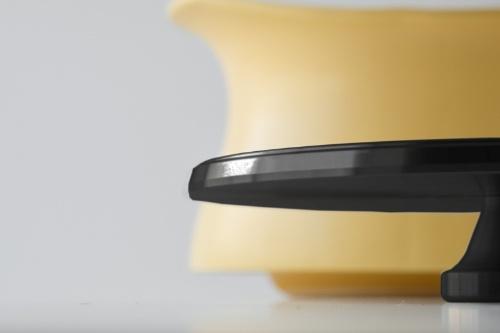 蓋の側面が斜めに削られている。陶磁器と蓋がぴたりと合うように角度をつけられたのは、卓越した切削技術があってこそのもの