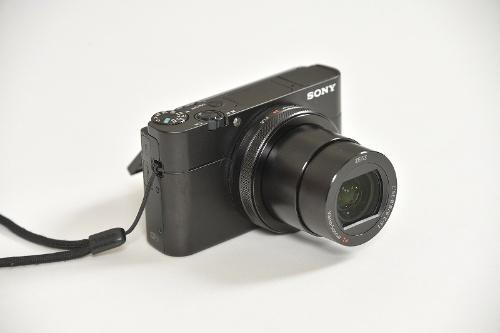 ソニーのサイバーショット「RX100 V」(DSC-RX100M5)。ワイド端24mmの広角をカバーし、動画撮影機能も多彩。重さはバッテリー込みで300gを切る