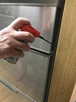 ゴキブリが生息しやすい家具や冷蔵庫の隙間にスプレーするだけで、殺虫効果を発揮する