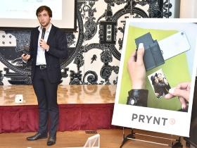 iPhoneで使える小型プリンター「PRYNT POCKET」を披露するPRYNT社のクレモン・ペロCEO。このようなデジタルガジェットでは珍しく、PRYNT社はフランスの企業