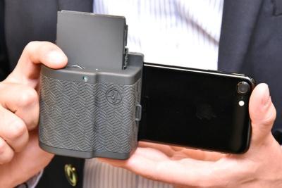 iPhone 7にPRYNT POCKETを装着したところ。コンパクトカメラに近いスタイルで撮影できるようになる