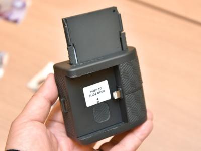 PRYNT POCKET本体。背面にiPhoneをはめ込む構造となっており、接続用のLightning端子が見える