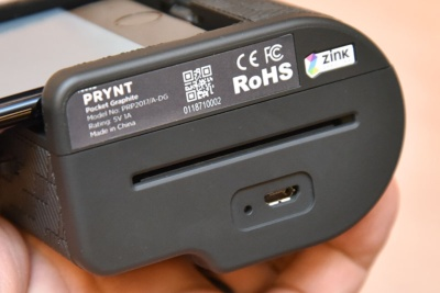 底面にはプリント排出用のスリットを用意する。内蔵バッテリーはmicroUSB端子経由で充電する