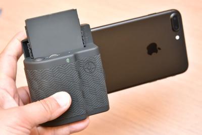 iPhone 7 Plusを装着したところ。重心がiPhone寄りになるので、ややバランスが悪くなる