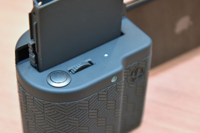グリップの上部にはシャッターボタンと電子ダイヤルを装備する。電子ダイヤルを使えばデジタルズームが可能