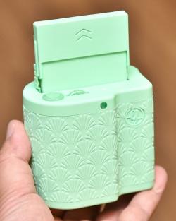 ミントのカラー。かなり派手な色なので、日本で売れるかは疑問