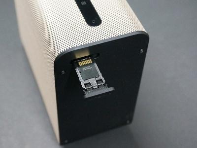 背面にはmicroSDカードスロットも備え、ストレージ容量を増やすこともできる。こういった仕様もAndroid端末らしい側面だ