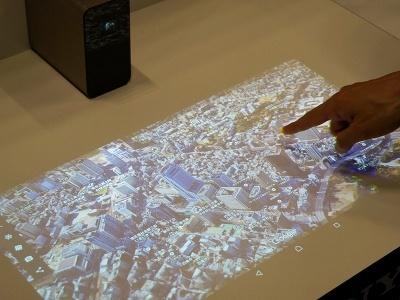 Androidアプリのなかで「Google Earth」はかなりXperia Touchと相性がいいと感じた。タブレット端末よりもさらに大きな画面で世界中をチェックできるので、とくに目的がなくても見ているだけで楽しかった