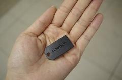 MAMORIOは小さなタグ。これを財布に入れたり、傘やカギなどの持ち物につけたりする。1個3500円で、内蔵電池は1年間持つ