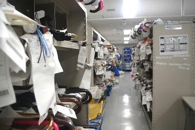 東京メトロ飯田橋駅構内のお忘れ物総合取扱所には、届いてから2~4日目までの忘れ物が保管されている。この間に持ち主が現れない場合は警視庁に移される。ちなみに一番多いのは傘で年間8万5000件。次いでID定期券や現金が多い