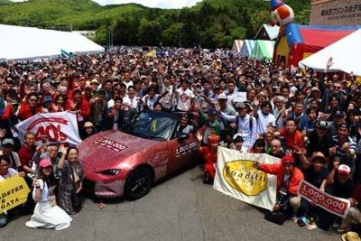 マツダ「ロードスター」のファンミーティング「軽井沢ミーティング2017」の参加者。25回目となる今年は、参加台数の増加により、愛車での参加は事前抽選制に。それでも全国から1062台のロードスターが集結した