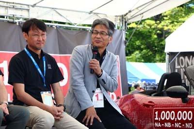レストア事業を立ち上げげる理由の一つとして前ロードスター主査の山本修弘氏(写真右)は「自動車メーカーは今後、新車販売だけで生き抜いていくことは難しい」ことを挙げた