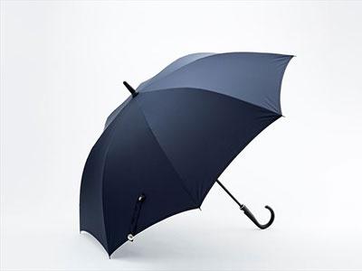 ローソンの「ハイブリッド傘」。強風で傘がひっくり返っても元に戻る耐風構造。税込み1944円
