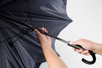 傘を開くボタンがフラット形状でシルバーだったり、中棒(手で持つセンターシャフト)がカーボン柄だったりとデザインもスタイリッシュ