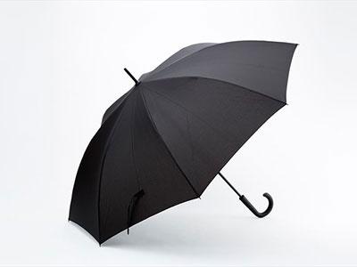 セブン-イレブンの「セブンライフスタイル 風に強いワンタッチ長傘 70cm」。親骨がグラスファイバー製で、風で反り返っても元に戻る構造になっている。税込み1458円