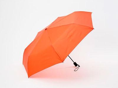 セブン-イレブンの「セブンライフスタイル 自動開閉折りたたみ傘」。オレンジとブラックの2色展開。税込み1018円