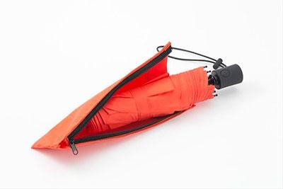 傘袋が大きく開くため入れやすい。生地も厚いので、傘に付いた水が染み出ることもない