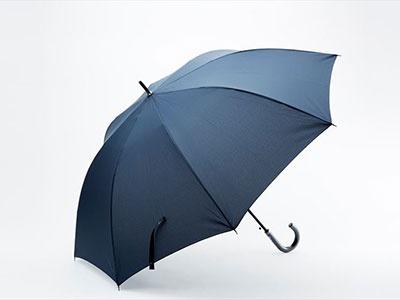 ファミリーマートの「耐風ジャンプ傘70cmネイビー」。グラスファイバー骨を使用した、ひっくり返っても壊れにくい耐風仕様の布長傘。税込み1458円
