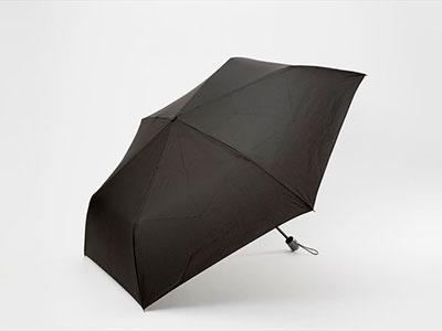 ファミリーマートの「耐風テフロン折傘65cm」。撥水性に優れたテフロン加工生地を採用している。税込み1382円