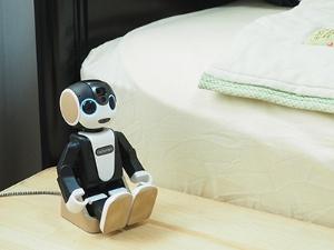 ロボホンには充電に利用する卓上ホルダーが用意されている。目覚まし時計として働いてもらうなら、卓上ホルダーはベッドサイドなどに設置するのがいいだろう