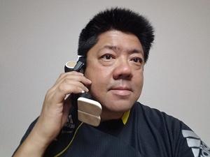 着信中にディスプレーで「応答」をタップすれば耳当て通話可能。「ロボホン」での通話はちょっと照れくさいが、小顔効果を期待できる
