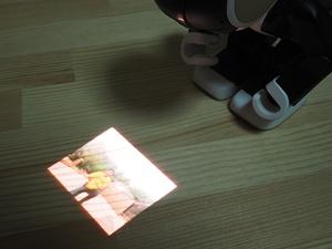 撮影した写真、動画はプロジェクターで投影できる。プロジェクターの解像度は1280×720ドット相当。上の写真は、ロボホンが投影している写真を見やすくするために露出を下げているので暗くなっている。実際には一般的な室内光下でプロジェクターの映像を鑑賞可能だ