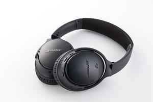 「Bose QuietComfort 35 wireless headphones」。Bluetoothとノイズキャンセリング機能の両方に対応した製品は同社初。通話機能もある