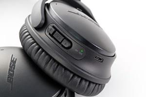 右側ハウジングに、充電用のmicroUSBポート、バッテリー残量やペアリング状態などを示すLEDランプ、再生操作用の3つのボタンがついている