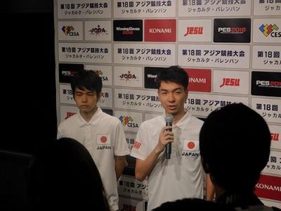 日本代表として取材を受けるレバ選手(左)とSOFIA選手。ともにサッカーゲームを機にサッカーそのものを好きになったという経歴を持ち、ゲームがスポーツ人口の底上げにつながることを証明するeスポーツ競技者でもある。