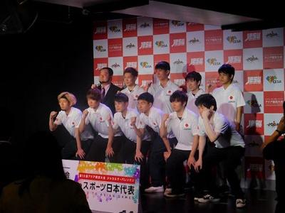 他の競技の日本代表選手たちとの記念写真。日本のeスポーツが世間に広く認知される第一歩を踏み出すことになった競技者たちである