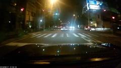 夜間の街灯や対向車のランプが明るい場所はもちろんのこと、光が当たっていない歩道などもはっきりと映っていた