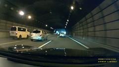 高速内のトンネルといった暗い場所でも周囲の車のナンバーは確認できる。ただし、少し離れた車のナンバーが確認しにくい