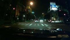 夜間は街灯の光りが当たって明るい道路ははっきりと映っているものの、暗い歩道などは見えにくい