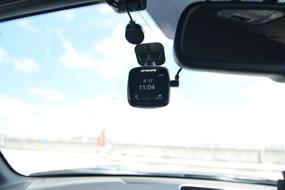 背面の画面は、電源を投入した直後の数秒はカメラの映像を表示するが、しばらくすると時計に切り替わるため、目障りにならない。設定で映像を常時表示にすることもできる