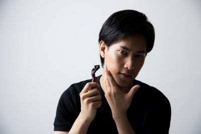 オールインワンタイプのUVは、ひげそり後のアフターシェーブとしても使える。ステップを増やさずUV対策までできる(画像提供:PIXTA)