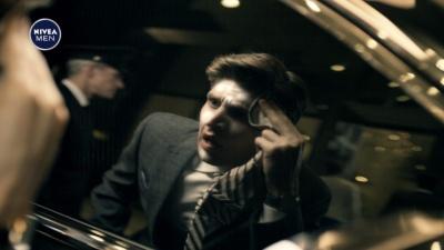 「窓ガラスに映った自身の肌のべたつきに気づき、慌ててスキンケアをする」というCM。体の変化を自覚する年代の危機感を刺激する内容になっている(画像提供:ニベア花王)