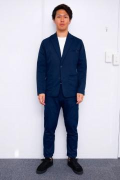 水道工事業のオアシスソリューションが作業 員のニーズをもとに開発したスーツ型作業着 「ワークウェアスーツ」。写真は男性用の1タイプ(上下で3万円、税別)。販売はグループ会社のオアシススタイルウェアが手がける