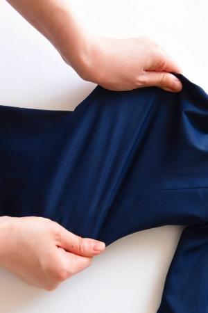 ストレッチ素材は動きやすく、腕まくりもしやすい。自宅で洗濯しても形崩れしにくい(画像提供:オアシススタイルウェア)