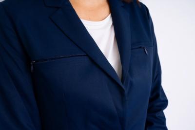 女性用ジャケットは両胸にポケット付き。ジッパーは男性用よりも細めのものを使用