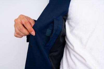 面ファスナー付きの内ポケットには名刺入れなどの小物を入れる。「僕はフリスクも入れてます(笑)、接客もするので」(技術スタッフの素原さん)