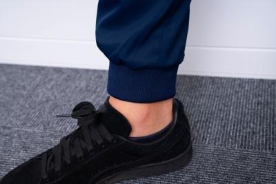 ズボンのすそはストンとしたストレートタイプのほか、キュッとすぼまって動きやすいジョガータイプもそろえる